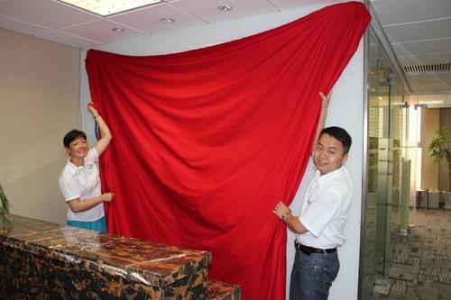 亚博888亚博网站登录执行董事邱桂兰女士和华源新材董事长刘春明先生为上海办事处揭牌